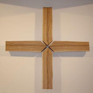 """Das """"Kreuz der vier Lübecker Märtyrer"""" """"...vier Lebenswege, die in ein gemeinsames Zentrum führen. Die gespaltene, unbearbeitete Oberfläche betont einen Lebensprozess, es ist nichts geglättet oder geschönt. """""""