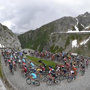 Radprofis fahren bei der Tour de Suisse über die Tremola aus dem Tessin zum Gotthardpass hinauf.  Foto: Pixathlon