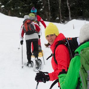 Schneeschuhwanderer geniessen eine Wintertour durch die tief verschneite Surselva bei Disentis, Graubünden, Schweiz. Foto: Stefan Schwenke