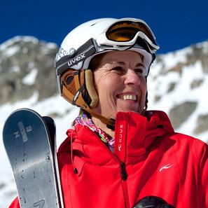 Eine Skisportlerin mit einem ZAI Ski aus Disentis, Graubünden, geniesst die Sonne im Skigebiet von Disentis 3000. Foto: Stefan Schwenke