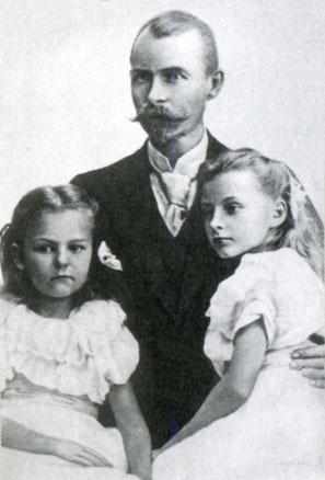 Э.В. Толль с детьми