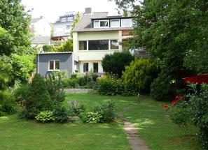 Blick aus dem großen Garten auf das Haus