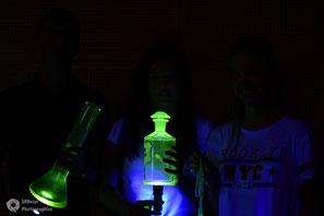 Fluoreszierendes Metallglas? Freuen Sie sich auf unsere Darkroom-Fotobox!