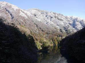 数馬峡橋から見た白丸湖と山並み