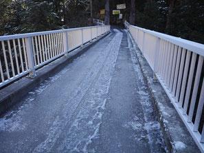 雲仙橋(薄い雪が凍結)