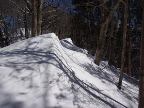 登山道に吹き溜まった雪