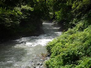 日原川の流れ