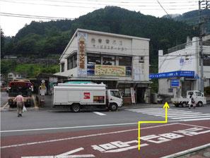 奥多摩駅前より、西東京バス氷川車庫の脇へ向かいます。