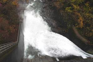 白丸ダムの放水