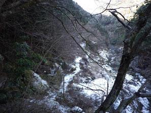 鳩ノ巣渓谷遊歩道(薄く雪が積もる)