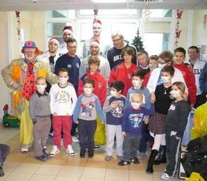Caramello insieme al Santarcangelo Basket alla consegna dei regali di Natale al reparto Oncologico.