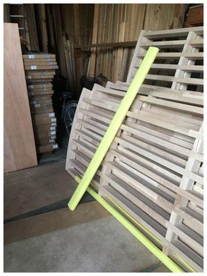 ヒノキ、マツ、スギ、ツガ、ヒバ、ラワン、その他さまざまな材質の木材、石膏ボード、断熱材、フローリング、羽目板、合板など新建材を取り扱っています。