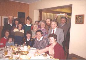 Г-6. 1985 г. Арон стоит слева, рядом Шуламис. Роза стоит в центре, она в очках, справа от нее младшая дочь Мирьям, крайний  справа сын Рафаэль.