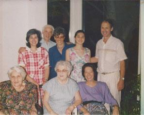 Г-7. 1991 г. Тель-Авив. Сидят Соня, Роза, Паулина Аксельрод. Стоят дочь Сони Лия, Арон;  Эвелин и Гарри Бранд,               между ними  Сонина внучка Маша.