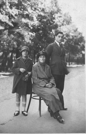 ИИ-6. Иосиф с мамой Шоре-Голде и сестрой Эдей, 1926 г.