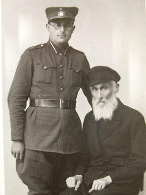 Иосиф успел послужить в латвийской армии, 1935 г.  С дедом Файвушем Левиным.
