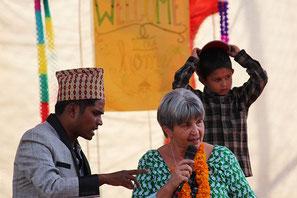 Der Verein: Hausleiter Navraj und Vereinsgründerin Ellen Dietrich an Tihar