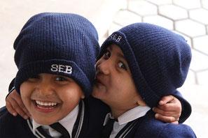 Patenschaft und Spende: Jamuna und Ishita in Schuluniformen