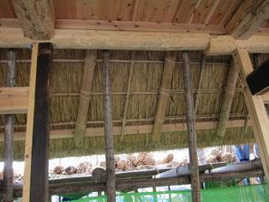 針で縫うように、縄で内側の垂木(竹)と