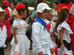 Grundschüler in Tico-Tracht: Die Mädchen mit weiten Röcken und Rüschenblusen, die Jungen wie gauchos, Landarbeiter. Das Seltsame ist, dass eigentlich nur die Menschen im Norden Costa Ricas so gekleidet waren. Typisch karibisch ist es nicht.