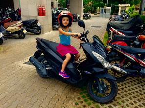 Morgane trop fière d'être sur le scooter à Nico