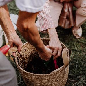 Baum pflanzen Ritual Sandritual Trauritual Hochzeitsritual Handfasting Hochzeitsegen Trausegen Herzgefühl freie Trauung Stuttgart Karlsruhe Heidelberg Pforzheim Ludwigsburg Pfalz Baden-Württemberg Herzgefuehl Trauungen