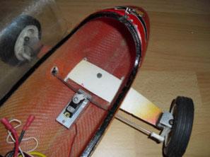 Lösung1: Vorderachsflügel wird durch Schlitze in den Rumpf geschoben.