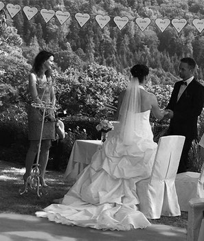 Jessica und Kim mit Traurednerin Nicole Decker-Paxton im Rosengarten von der Hochzeitslocation Schloß Eberstein in Gernsbach.