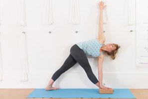 Gedrehte Dreieckshaltung Parivritta Trikonasana. Beweglichkeit für die Wirbelsäulenmuskulatur, lindert Schmerzen im Nacken, den Schultern und am Rücken. Steigert die Beweglichkeit des Rückens und der Hüfte. ,