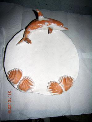 piatto di ceramica con pesce e conchiglie fatto interamente a mano per ristoranti