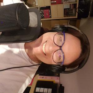 Podcasterin Carmen Pitsch am Rodemic Mikrofon