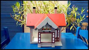 Houten voederhuisje, Model Heel Persoonlijk, met persoonlijk herinnering, vogelvoederhuisje, kleuraccenten , ouderlijk huis, voorkant (2)