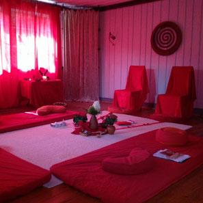 rot eingerichteter Raum im Waldhaus für das nachfeiern der Blutungszeremonie, weiblich, festlich, rot