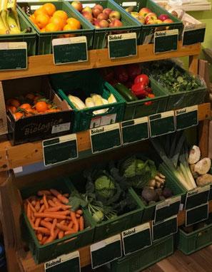 Auswahl an frischem Bio-Obst und Gemüse