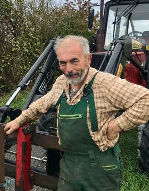 Heinrich Dümler vor seinem Traktor