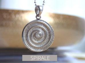 Kette mit Spirale Anhänger und Iolith Stein