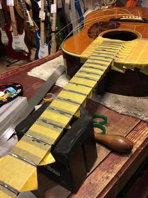 ギターネックに新しいフレットを取り付ける作業場