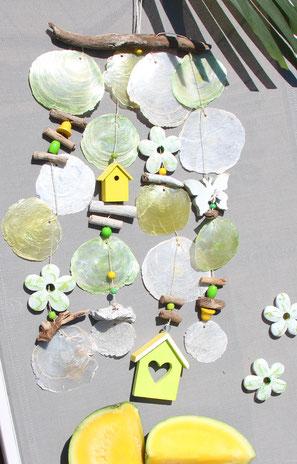 Windspiel in gelb-grün mit Holzhauschen, Schmetterling und Blüten.