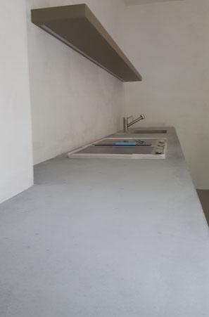 Oberflächenschutz auf der Küchenablage aus Beton.