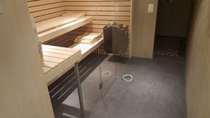 Der Boden geht ohne Fuge in den Sauna Bereich der nur durch eine Glaswand getrennt wird. Der ganze Raum ist etwa 4 auf 4 Meter gross.
