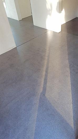 Der bei uns am meisten Bestellte Anyhdritboden ist schwarz eingefärbt mit weissem Sand.