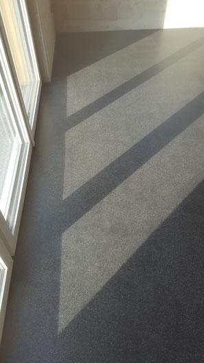 Schwarz eingefärbter Anhydrit Fliessboden Matt versiegelt. Hier sieht man schön,dass der Boden durch die matte Versiegelung auch bei direkter Sonneneinstrahlung nicht glänzt.