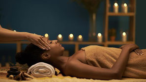massage ayurvedique à l'huile de sésame chaude