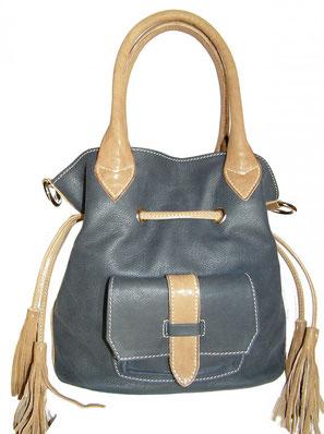 sac seau en cuir bleu avec pompon et bandoulière  fait main