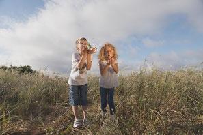 Fotografía divertida de niños en el campo, en Tenerife