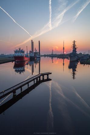 Sonnenaufgang in Wilhelmshaven, Blick auf den Großen Hafen und das Marinemuseum mit dem Zerstörer Mölders