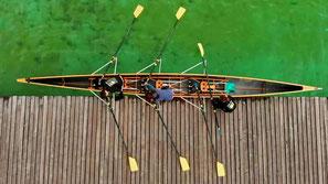 Ruderboot am Steg