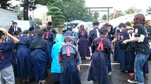 雨の中神社で剣道の試合