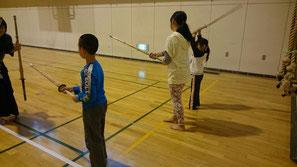 竹刀をふる体験の小学生