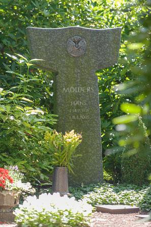 Grabmale Mölders in Duisburg bietet Ihnen eine große Auswahl an Grabmäler aus Naturstein!
